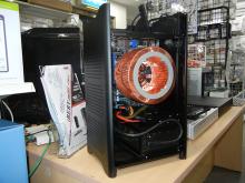 煙突ケース採用のファンレスPCが登場! オリオスペックオリジナルのBTOマシン