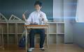 TVアニメ「となりの関くん」、世界的ドラマー・神保彰によるユニークなドラム入りED曲のPVを期間限定公開! 本人が出演