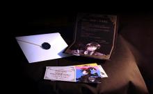 西武鉄道、「黒執事」仕様の記念乗車券を発売! 舞踏会の招待状仕立てでセバスチャンからのメッセージカードも同封