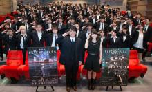 TVアニメ「サイコパス」、新編集版の先行上映会にファン100名が黒スーツ姿で集結! 関智一・花澤香菜とともに記念撮影