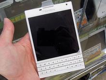 スクエアディスプレイ&QWERTYキー搭載の「BlackBerry Passport」にホワイトモデルが登場!