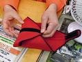 【アキバこぼれ話】使い道いろいろなデジカメ用ラップ式ケースが100円で販売中