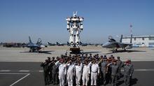 実写版パトレイバー、実物大イングラムが航空自衛隊を表敬訪問! 福岡県・築城基地でデッキアップや試写会を実施